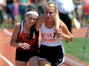 L'athlète Meghan Vogel sacrifie sa propre course pour aider une adversaire à franchir la ligne d'arrivée lors d'une épreuve du 3000 mètres en 2012.