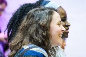 femmes riant à une conférence